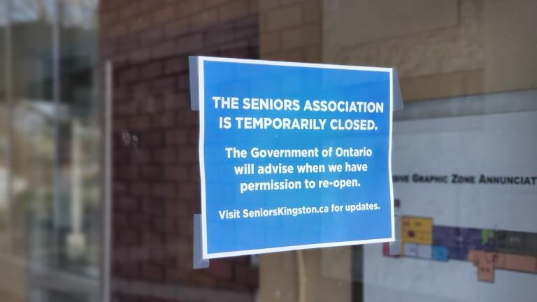 closure sign at a seniors centre from the article How seniors' centres are helping older Ontarians stuck at home