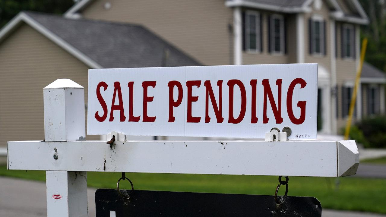"""sign reading """"sale pending"""" outside a house"""